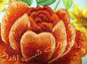 یک شاخه گل رز در سوزندوزی- سوزندوزی شب افروز